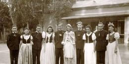 Komlós Juci (balról az első nő) és barátai Pestszentlőrincen, az Állami lakótelepi kultúrház előtt