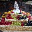 Gyümölcsös esküvői torta marcipános fonott kosárban