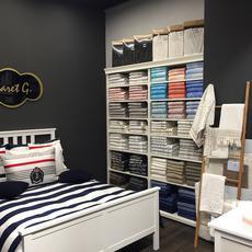 Lakástextil üzlet belső ággyal.