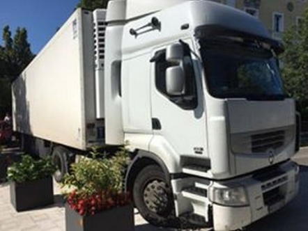 Óriási kamion a Törpe utcában