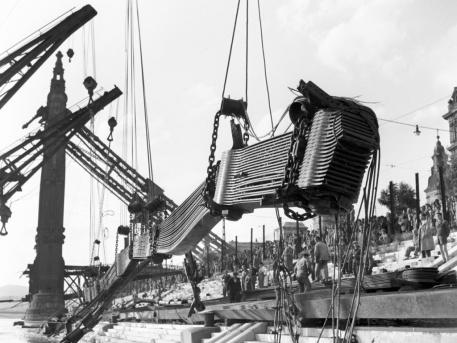 Négy úszódaru emeli ki a Dunából a II. világháborúban felrobbantott Erzsébet híd 70 méter hosszú, 150 tonna súlyú darabját. MTI Fotó: Sziklai Dezső