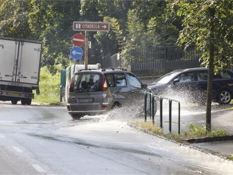 Csőtörés a Mihály utca és a Szirtes út sarkán (fotó: Szigetváry Zsolt / MTI)