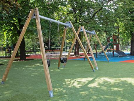 Hinták a Csörsz park játszóterén (forrás: hegyvidek.hu)
