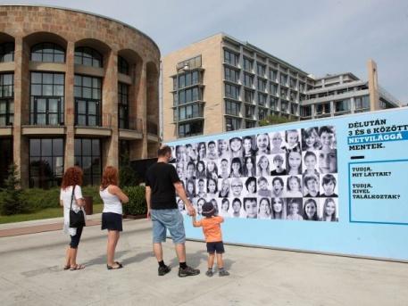 """Az """"eltűnt gyerekek fala"""" a Sirály sétányon (fotó: Sárközy György / Hegyvidék)"""