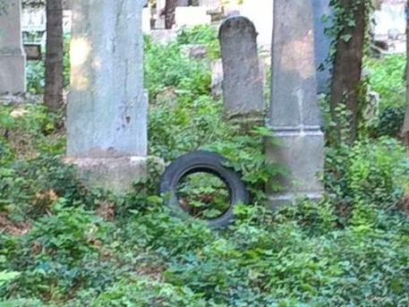 Levetett gumiabroncs a sírok közt a Farkasréti temetőben (forrás: Hulladékvadász)