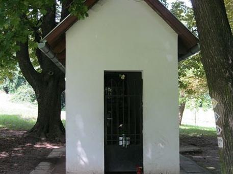 A jelenlegi kis kápolna a rét szélén