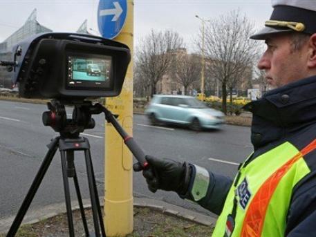 A mindent látó új traffipax tesztelése az Alkotás utcában