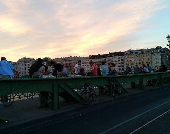 Az autók helyett most az emberek uralják a hidat (Fotó: 444.hu)
