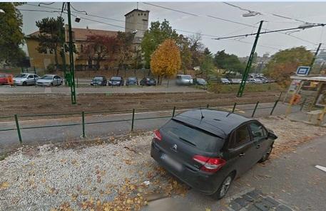A Google Street View képén egy korábbi állapotban a megálló és hát pont bontják