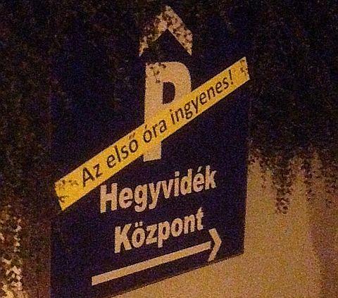 Tábla a Hegyvidék Bevásárlóközpont parkolójának lejáratánál (fotó: ittlakunk.hu)
