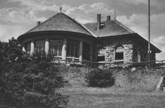 A hármashatár-hegyi turistaház egy régi képeslapon