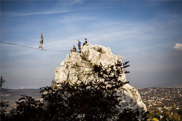 Highline-mutatvány (fotó: MTI, Mohai Balázs)