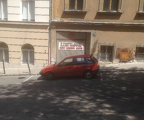 Ügyesen parkoló kis Suzuki a Naphegy utcában (fotó: ittlakunk.hu)