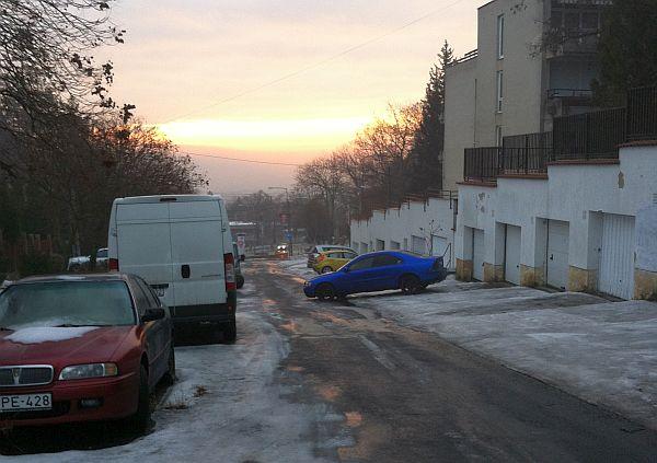 Furcsán parkoló kocsi a Nógrádi utcában