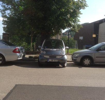 Ötletes parkolás a MOM Sport előtt (fotó: ittlakunk.hu)