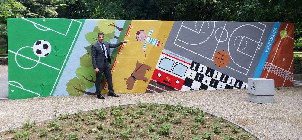 Váczi alpolgármester a teniszpályák falánál (forrás: vaczijanos.blog.hu)