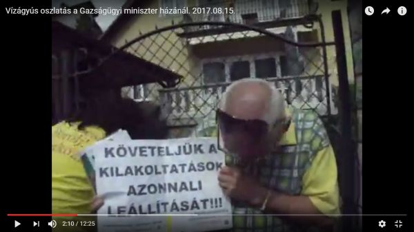 Tüntetők a Mártonhegyi úton, Trócsányi miniszer házánál