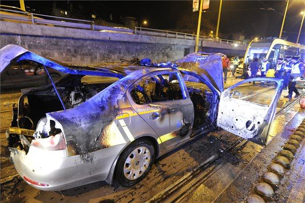 Az autó kiégett (fotó: Mihádák Zoltán - MTI)