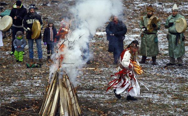 Tűzimádó szertartás Békéscsabán (fotó: Lehoczky Péter - MTI)